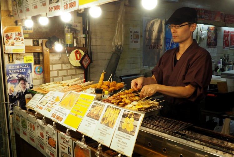 Yakitori and deep fried skewers at a stall in Nishiki Market in Kyoto, Guide to food in Japan for tourists