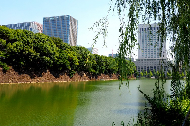 Moat around Tokyo Imperial Palace, travel guide to Tokyo Japan
