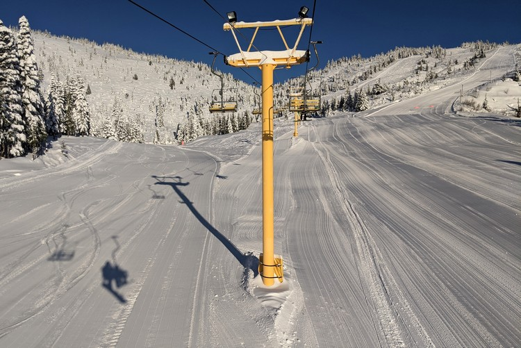 beginners chair lift at Sasquatch Mountain Resort, yellow chair Whistlepunk