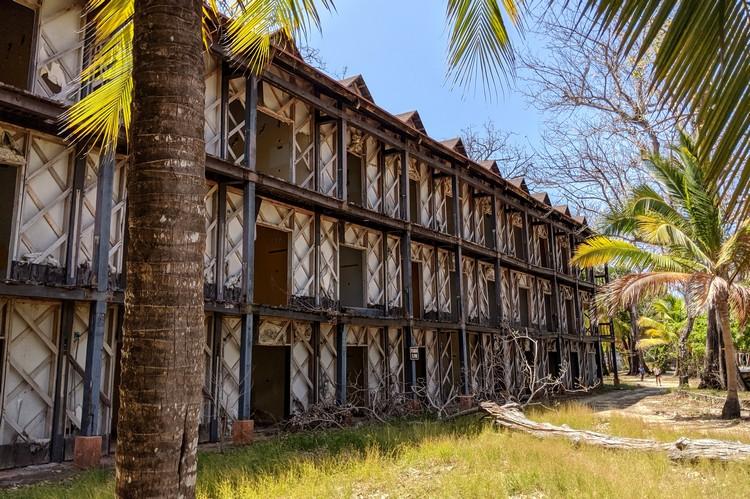 the crumbling buildings at Hotel Contadora Resort