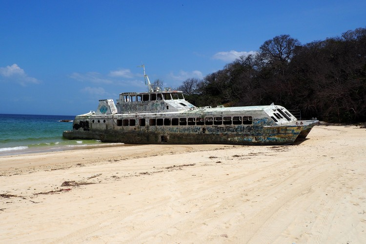 why is there an abandoned boat on Contadora Island beach, Panama tourist attraction