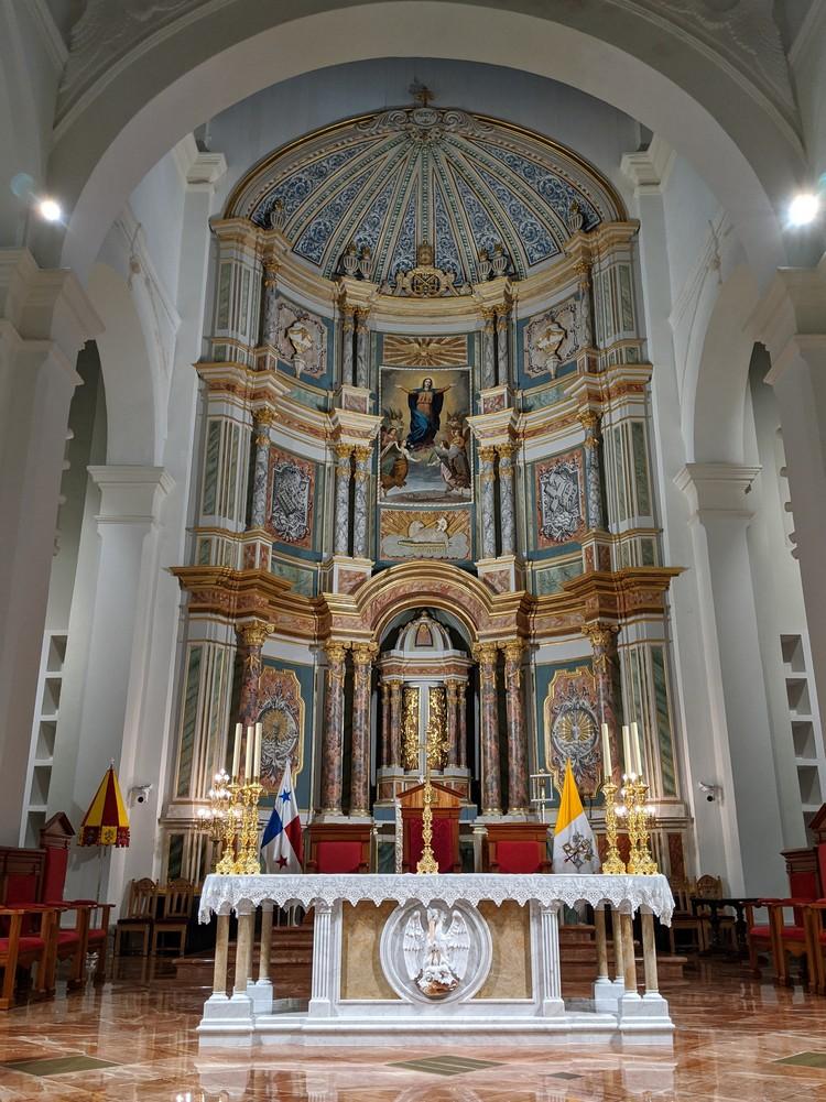 The alter inside thePanama Metropolitan Cathedral in Casco Viejo Panama City